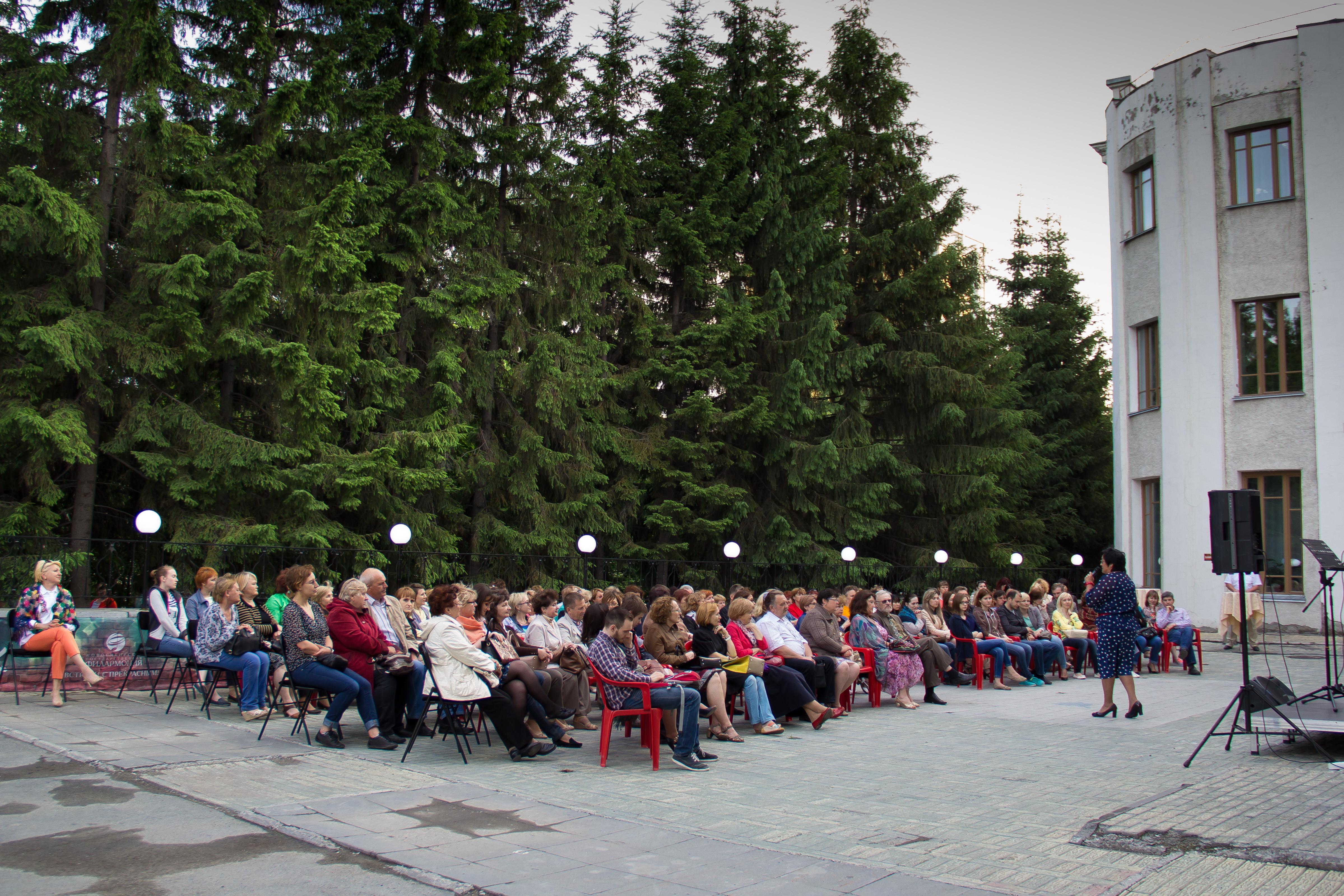 В «Тихом дворике» Новосибирской филармонии зазвучит музыка с летним настроением