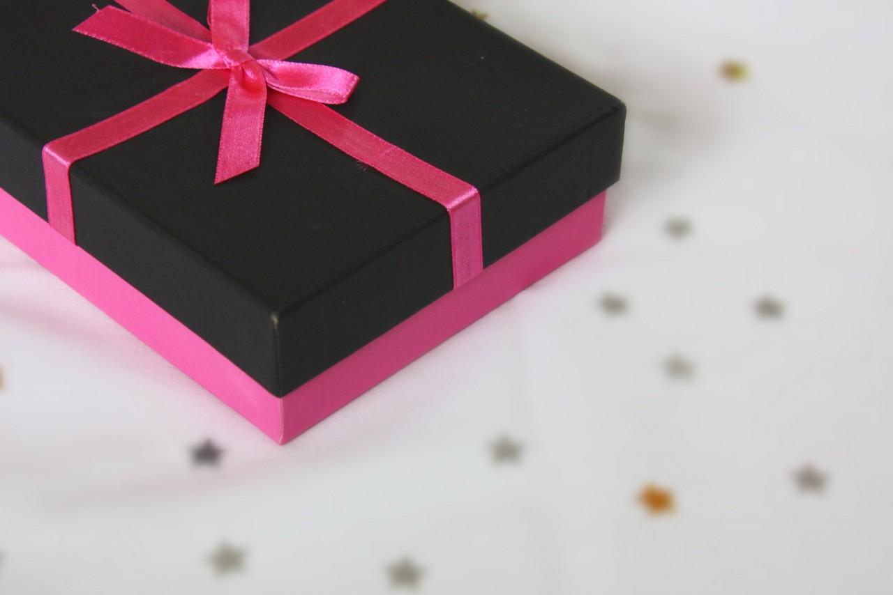 Украшения и забота: что женщины хотят в подарок на 8 марта в России и Новосибирске