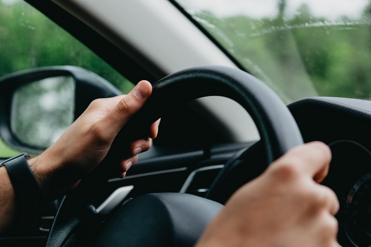 В НСО чаще всего в стране общаются по телефону за рулём